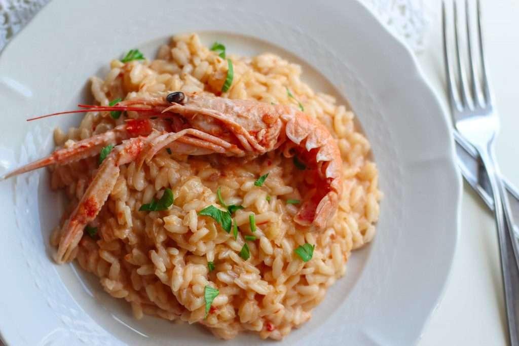 La ricetta per fare il risotto con crema di scampi