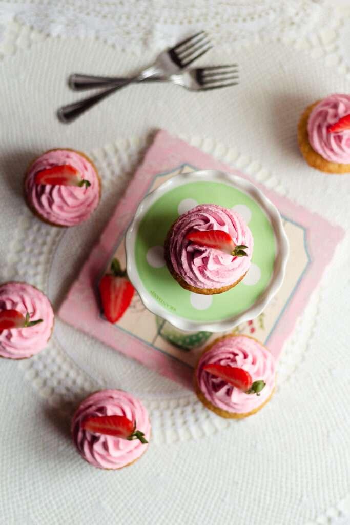 la ricetta per fare i cupcake fragola e vaniglia
