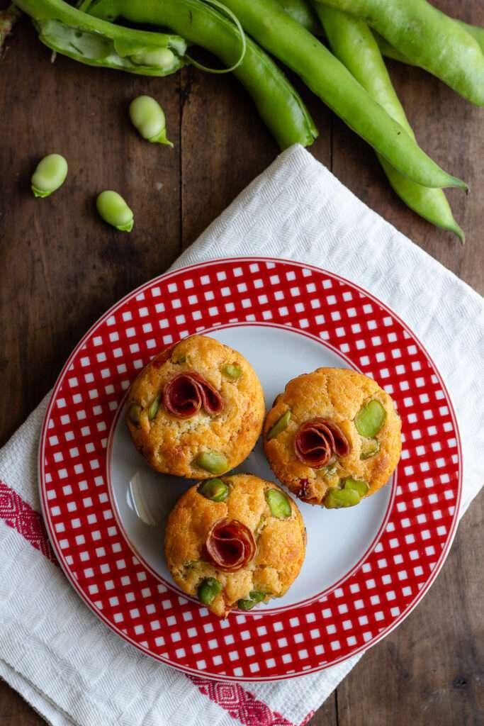 la ricetta dei muffin con fave, pecorino e salame