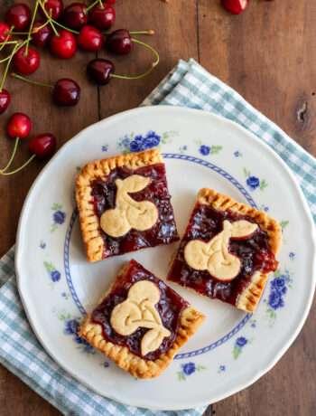 la ricetta dei quadrotti di frolla con confettura di ciliegie