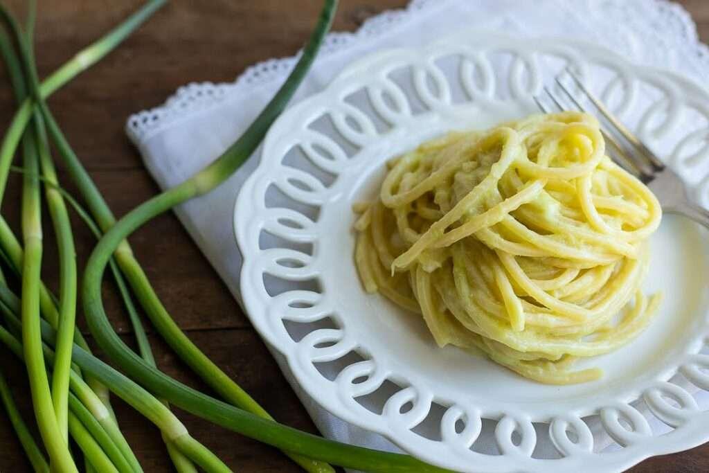 la ricetta degli spaghetti con crema di talli d'aglio rosso di Sulmona