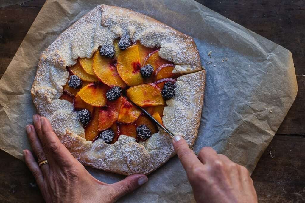 the recipe for rustic tart with peaches and blackberries